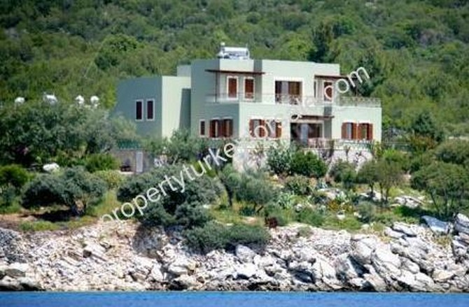 Beachfront villa in Bodrum with private mooring and beach