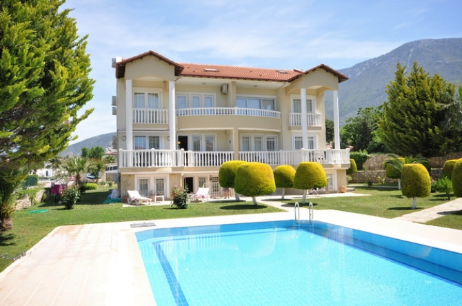 3 Bedroom Apartment with Communal Pool & Mountain View