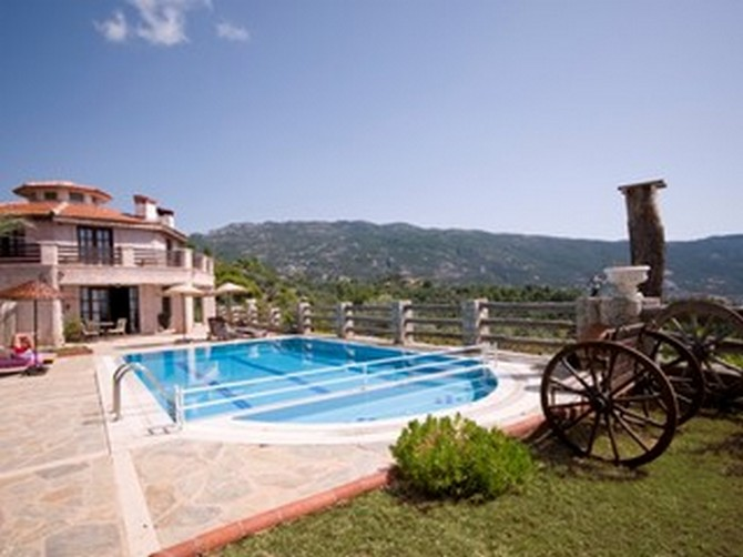 The main house and 72m2 private pool