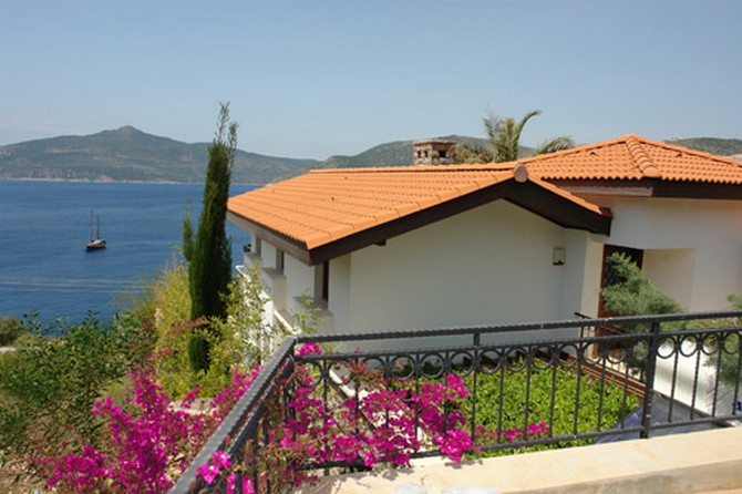 Detached villa at the seafront