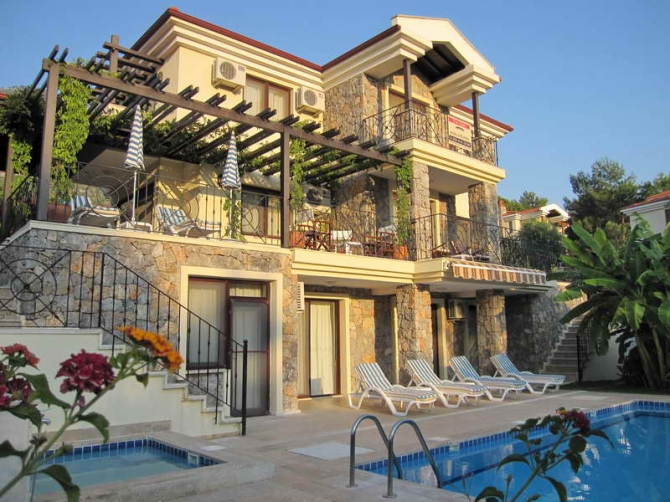 Magnificent Villa with Huge Swimming Pool & Jacuzzi