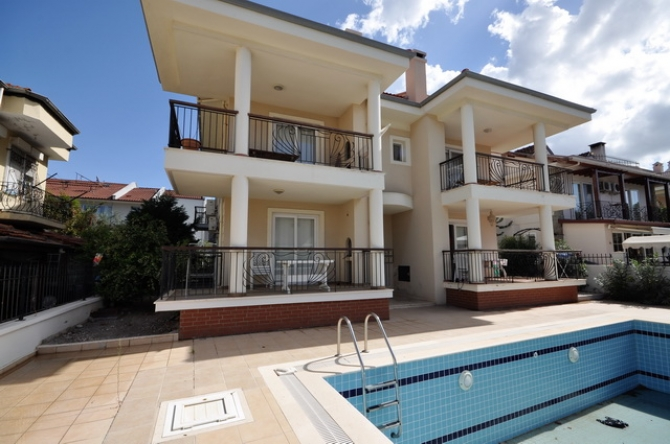2 Bedroom Ground Floor Apartment with Shared Pool and Garden