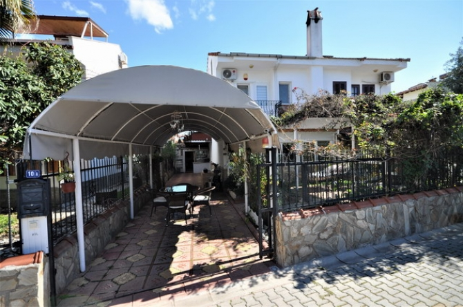 Excellent Location 5 Bedroom Semi Detached Villa with Garden