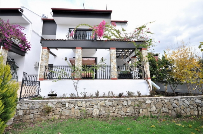 5 Bedroom Semi Detached Villa with Shared Pool and Garden