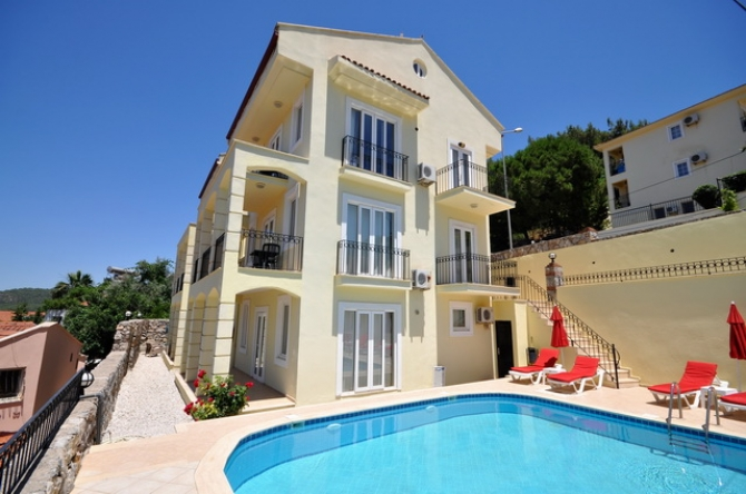 3 Bedroom Reverse Duplex Apartment with Shared Pool