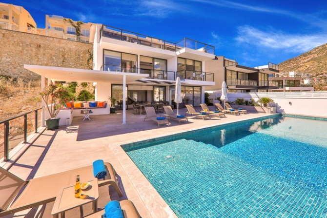 4 Bedroom Luxury Villa with Swimming Pool and Sea View