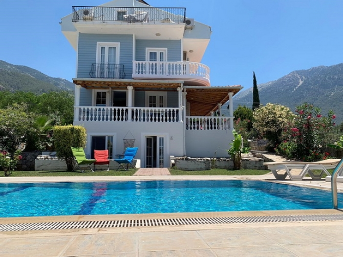 4 Bedroom Reverse Duplex Apartment with Communal Pool