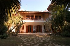 Authentic Side Villa with Large Mature Garden 4 Bedrooms